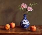 Chinese vaas met rozen en granaat appels. afm. 55.5x66 cm