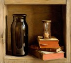 Kastje met boeken en zandloper. afm. 40x45 cm