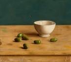 Kommetje met olijven op tafel. afm. 35x40 cm
