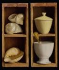Kastje met drie schelpen. afm. 14x33.4 cm en Kastje met kommetje met lepel. afm. 14x33.5 cm